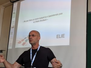 """Samuel Nowakowski, maître de conférences à l'Université de Lorraine, a mis en place dans sa Licence 3 Infocom, une """"classe renversée"""", basée sur la coconstruction : le projet """"ELIE""""."""