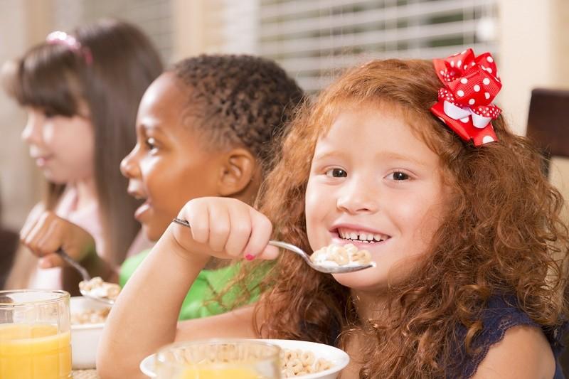 Des petits-déjeuners gratuits à l'école pour lutter contre la pauvreté