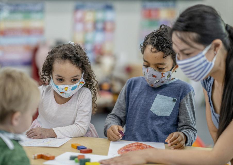 « Le risque de contamination, aussi bien chez les enfants que chez les adultes qui les encadrent, est réel » (pédiatres)