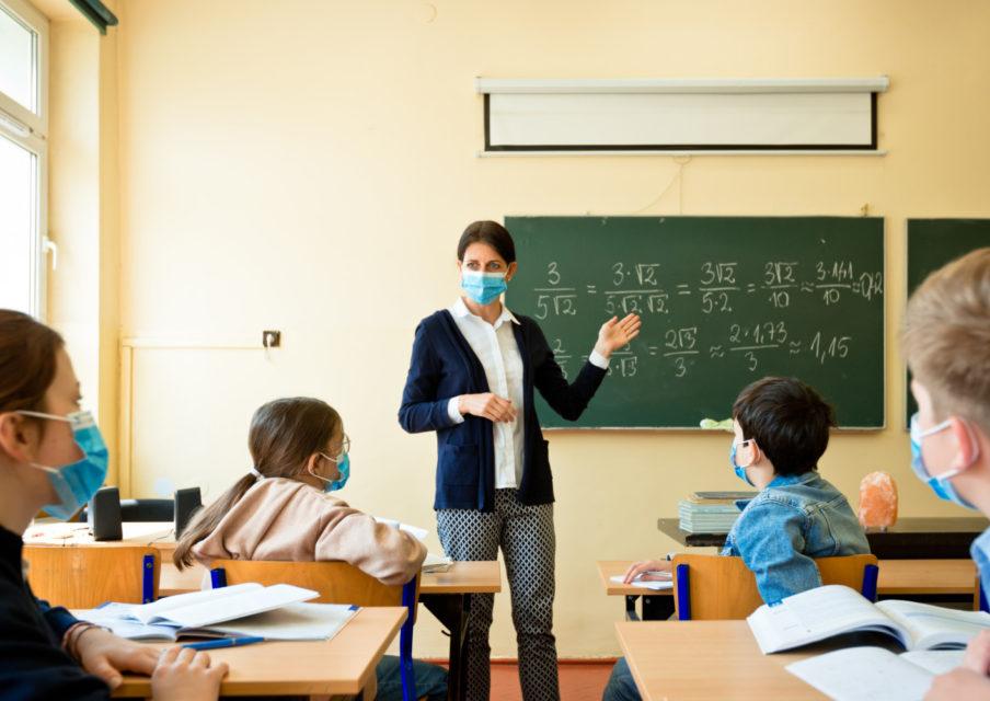 Face à l'épidémie, il faut «revoir la question des écoles»
